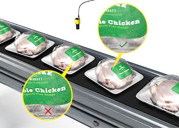使用深度学习的字符识别工具读取塑料袋包装鸡肉上的难读文本。