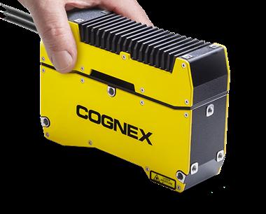 In-Sight 3D-L4000 视觉系统由一人单手即可轻松提起。